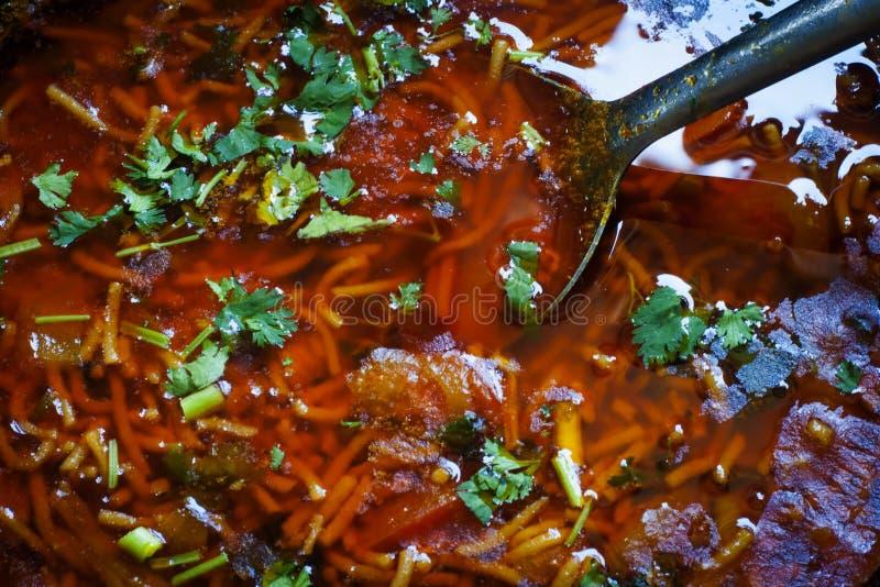 Piatto fatto domestico gujarati tradizionale dei pomodori del sev immagini stock