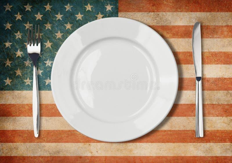 Piatto, forcella e coltello sulla bandiera di U.S.A. fotografia stock