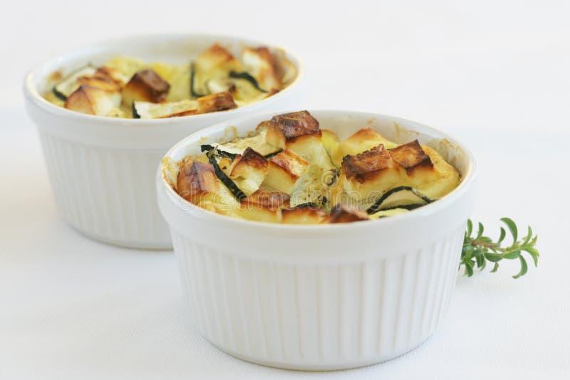 piatto Formaggio-superato dello zucchini e della feta immagine stock libera da diritti