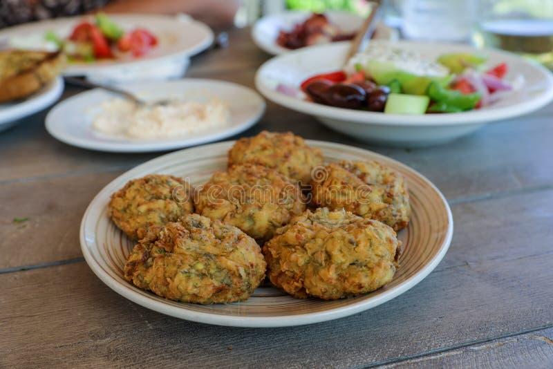 Piatto fritto delle palle dello zucchini nella locanda greca fotografia stock libera da diritti