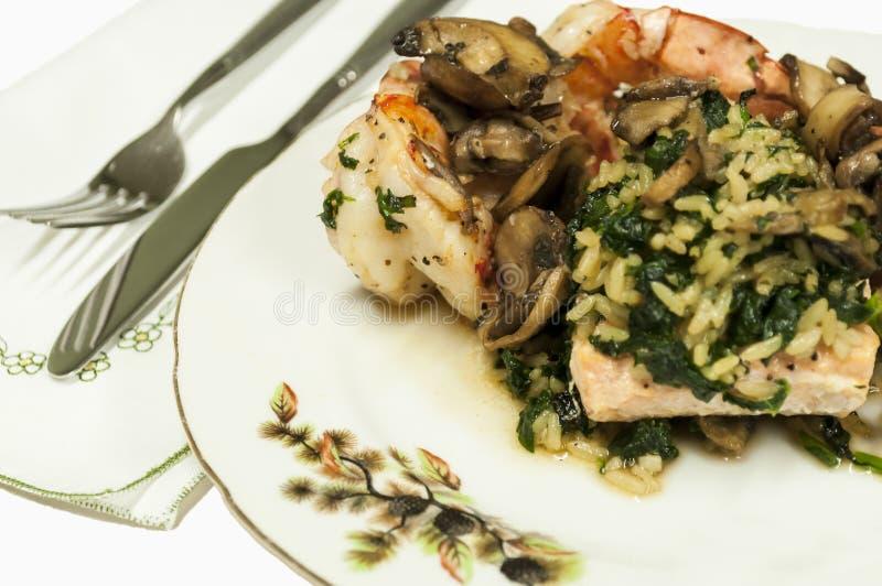 Piatto gastronomico con i gamberi, i salmoni ed il riso. fotografia stock
