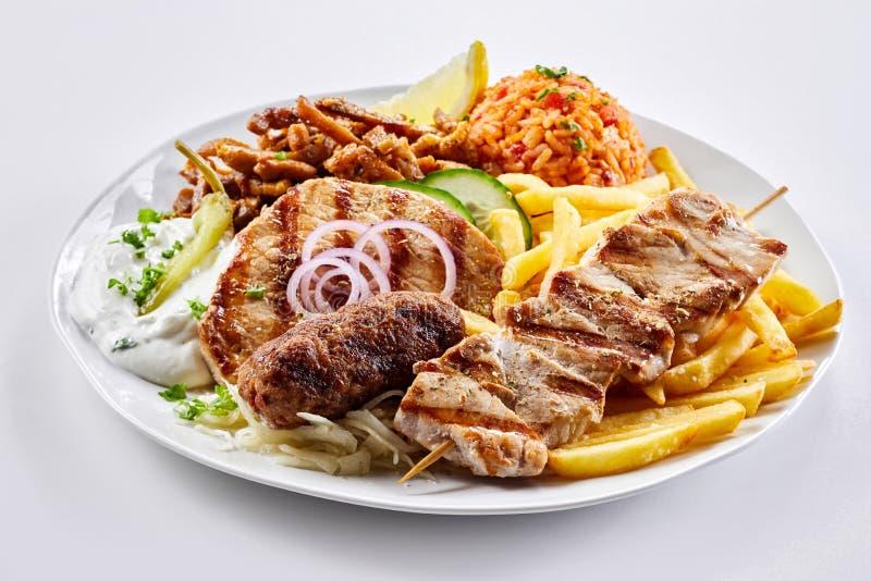 Piatto greco dell'assortimento di grigliate con il souvlaki e gli spiedi fotografia stock