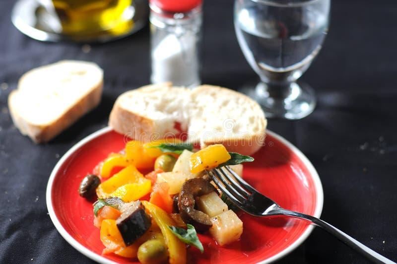 Piatto italiano tipico di Caponata con la patata fotografia stock libera da diritti