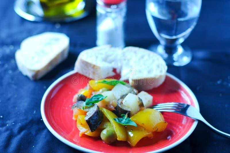 Piatto italiano tipico di Caponata con la patata immagine stock