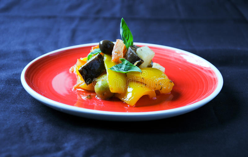 Piatto italiano tipico di Caponata con la patata fotografia stock