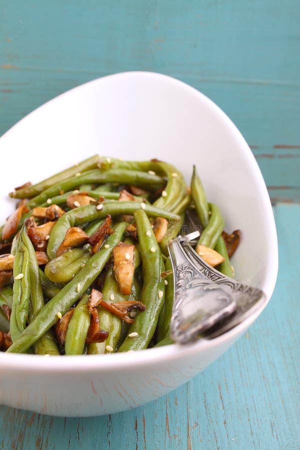 Piatto laterale dei fagioli con la salsa dei funghi, dell'aglio e di soia immagini stock