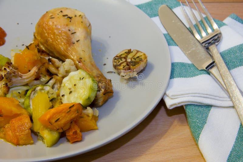 Piatto laterale delle verdure arrostite con la gamba di pollo fritto fotografia stock