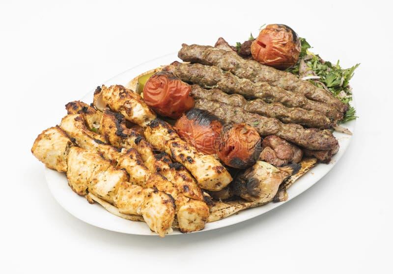 Piatto libanese dell'assortimento di grigliate isolato su bianco immagini stock libere da diritti