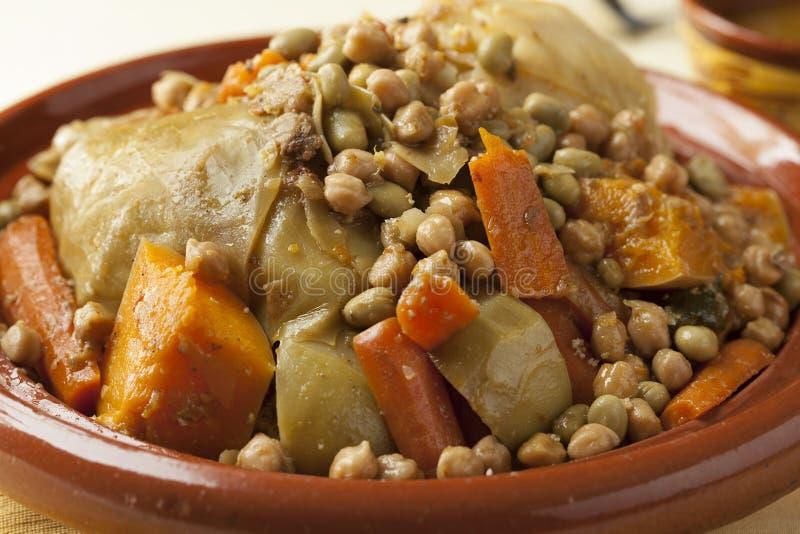 Piatto marocchino tradizionale con la fine del cuscus su immagine stock libera da diritti