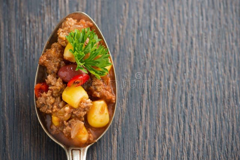 Piatto messicano piccante chili con carne in un cucchiaio fotografie stock