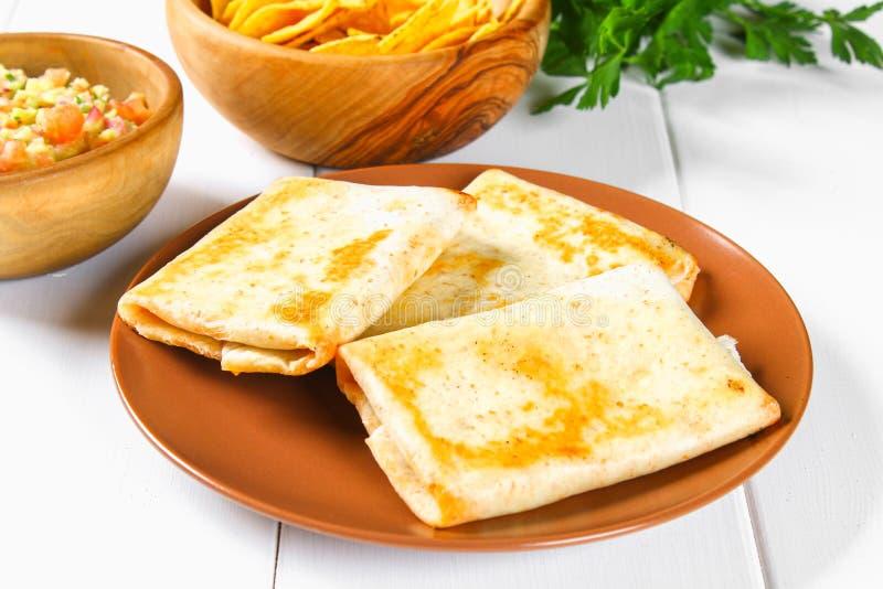 Piatto messicano tradizionale - chimichanga Il dolce di cereale con carne tritata, il pepe, la cipolla, l'aglio, l'origano, lo zi immagini stock libere da diritti