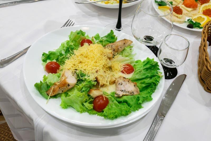 Piatto nel ristorante Sale, patate e carne verdi immagini stock libere da diritti