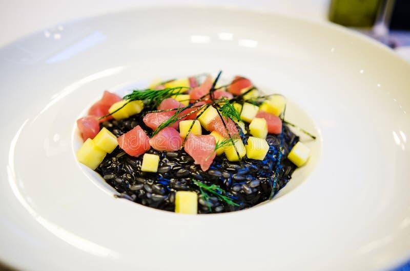 Piatto nero del riso fotografie stock