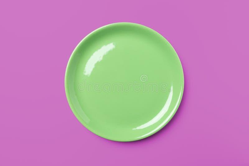 Piatto pastello verde su fondo rosa complementare immagine stock