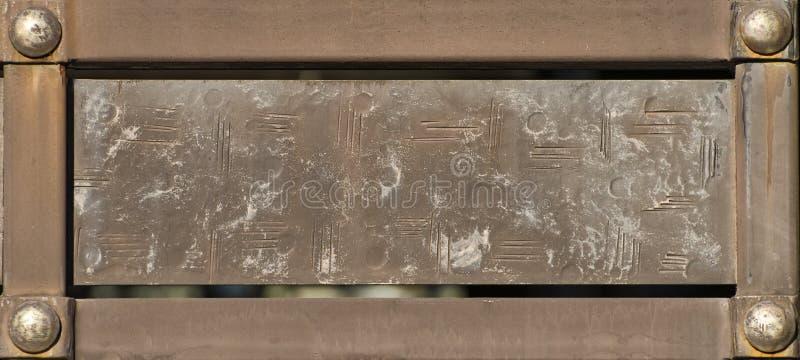 Piatto rettangolare d'annata nel telaio del metallo con i ribattini fotografie stock libere da diritti