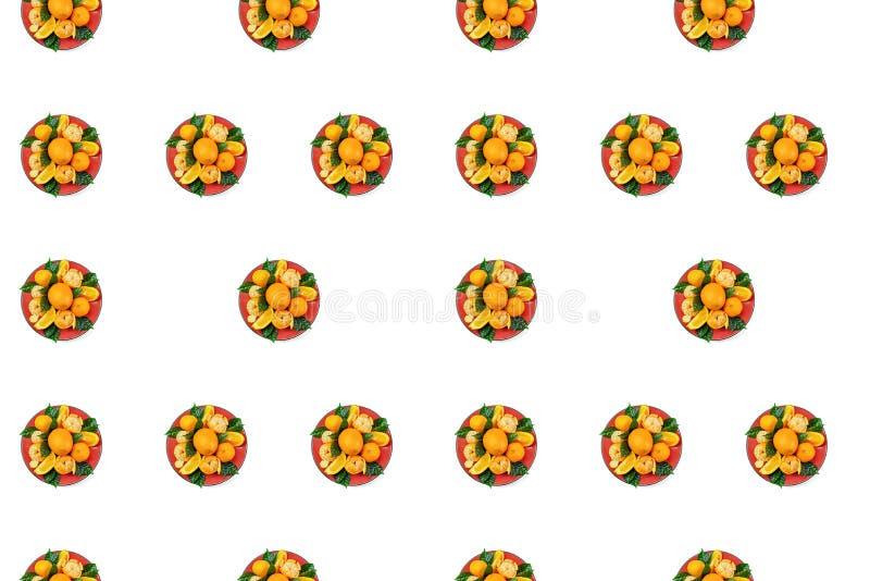 Piatto rosso delle arance e dei mandarini con le foglie verdi su un modello leggero dello spazio della copia di vista superiore d illustrazione di stock