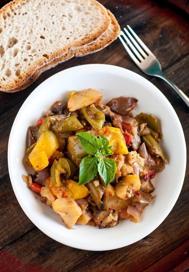 Piatto siciliano tipico con i peperoni, tomatoe di caponata delizioso immagini stock libere da diritti