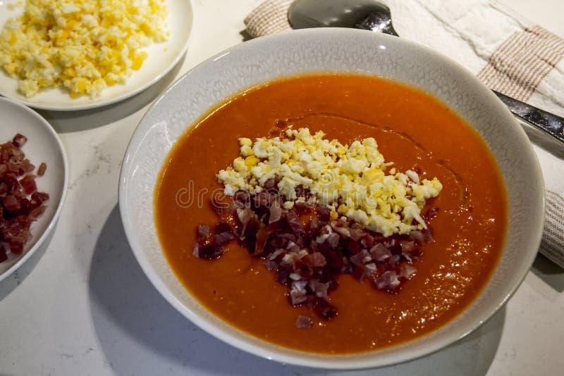 Piatto spagnolo di salmorejo con prosciutto crudo e l'uovo fotografia stock
