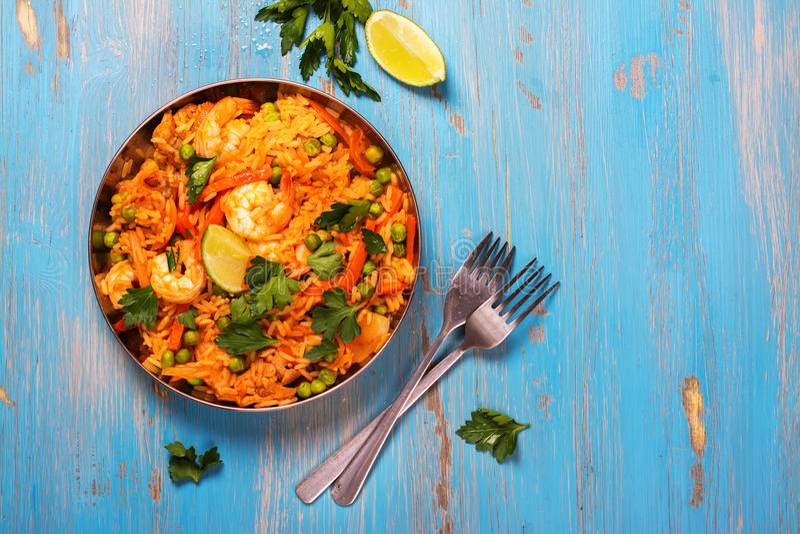 Piatto spagnolo tradizionale della paella con frutti di mare, i piselli, il riso ed il pollo fotografia stock libera da diritti