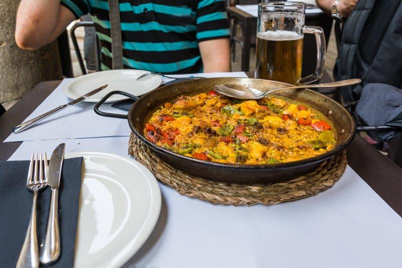 Piatto spagnolo tradizionale - paella del pollo fotografie stock