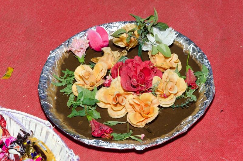 Piatto tradizionale con chinina decorata con i fiori su un fondo rosso - le nozze o l'impegno musulmane fotografie stock