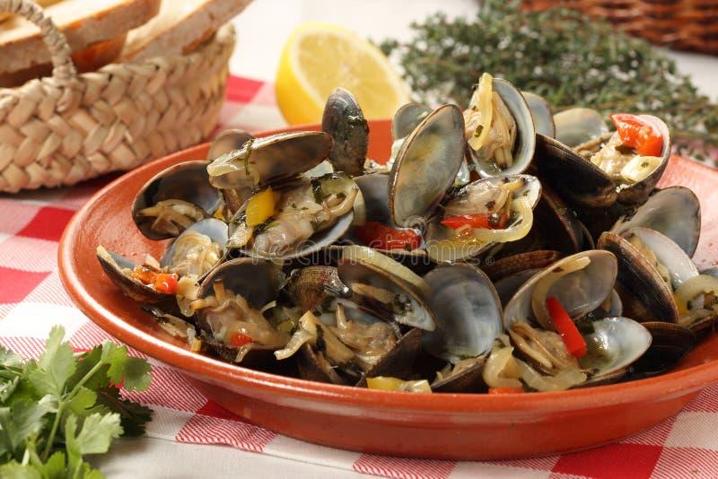 Piatto tradizionale delle vongole portoghesi immagini stock