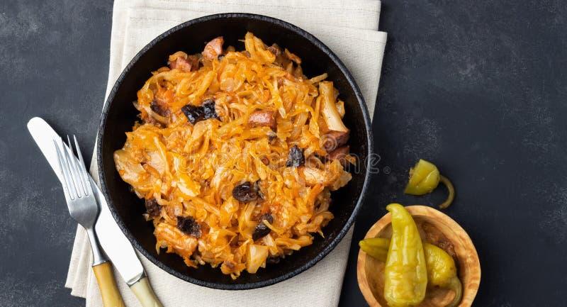 Piatto tradizionale di cucina della lucidatura - Bigos da cavolo, da carne e dalle prugne freschi fotografia stock libera da diritti