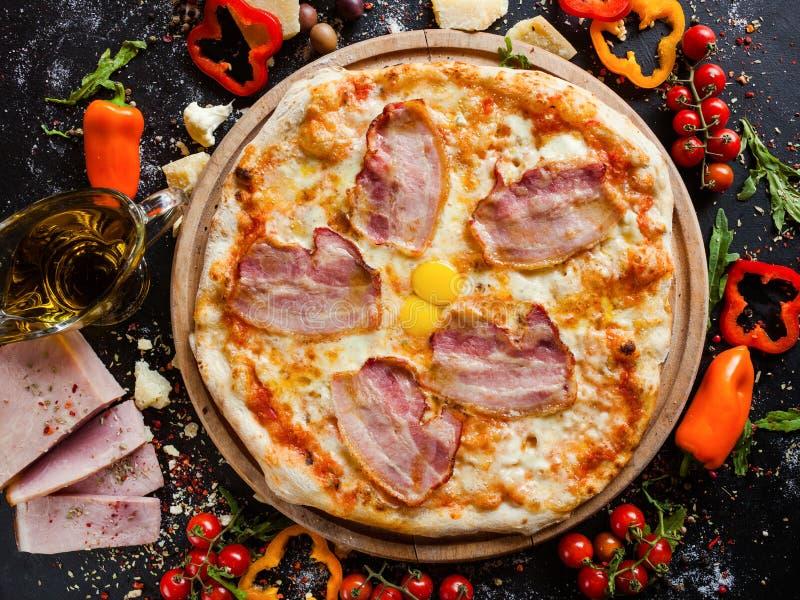 Piatto tradizionale semplice del bacon della pizza di Carbonara fotografia stock libera da diritti