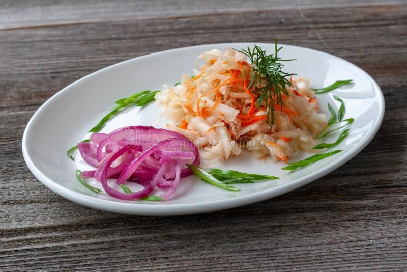 Piatto vegetariano Crauti con le carote, cipolle rosse, decorate fotografie stock