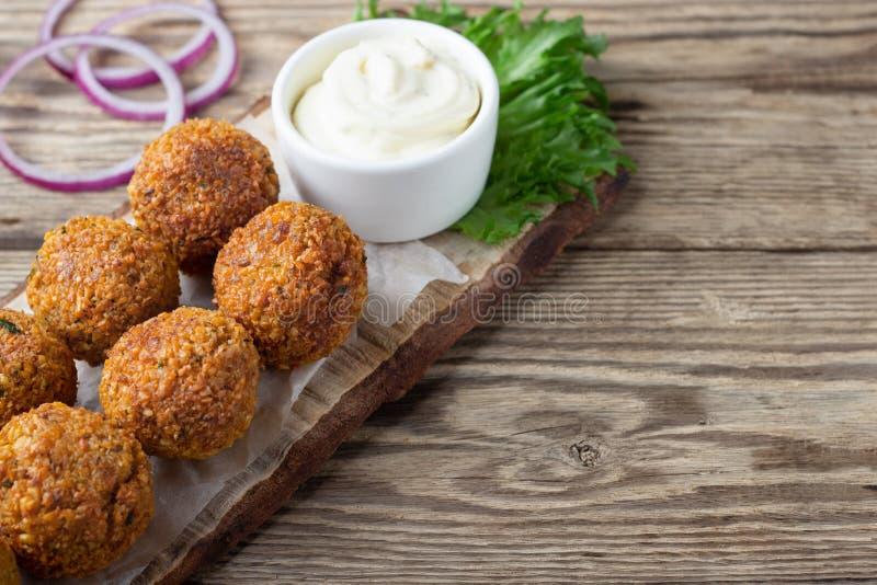 Piatto vegetariano - palle del falafel dai ceci aromatizzati immagine stock libera da diritti