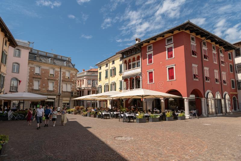 Piaza Paolo Diacono en Cividale del Friuli con los cafés de la calle muy transitada imagenes de archivo
