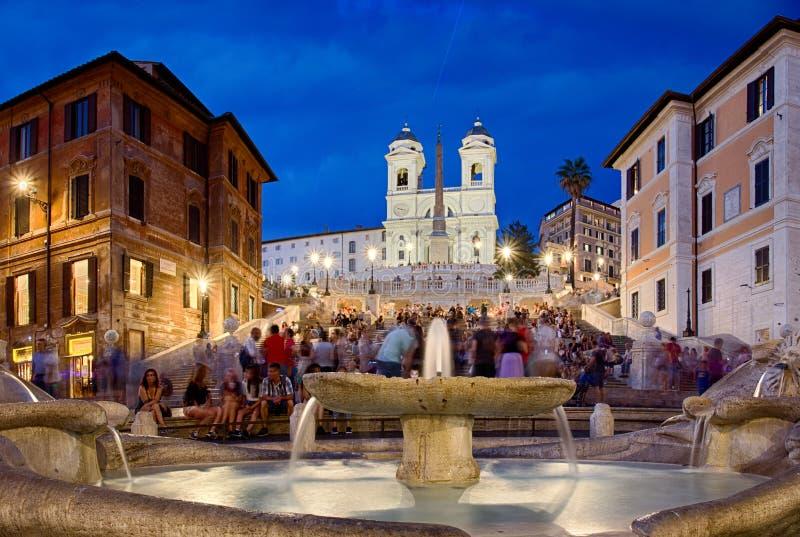 Piazza与人的di Spagna和西班牙步日落的 免版税图库摄影