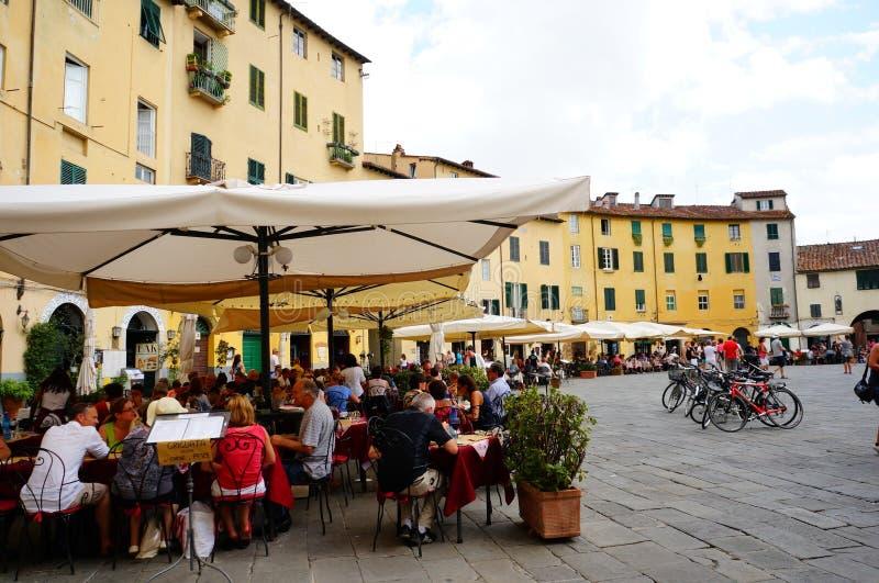 Piazza Anfiteatro di Lucca fotografie stock libere da diritti