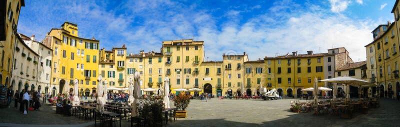 Piazza Anfiteatro, Lucca panorama i blå himmel fotografering för bildbyråer