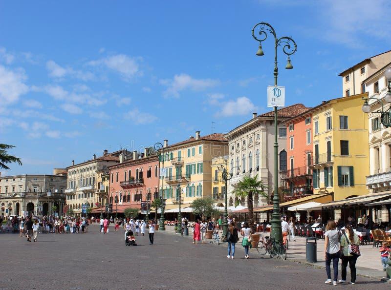 Piazza Bustehouder buiten Verona Arena, Verona, Italië royalty-vrije stock foto's