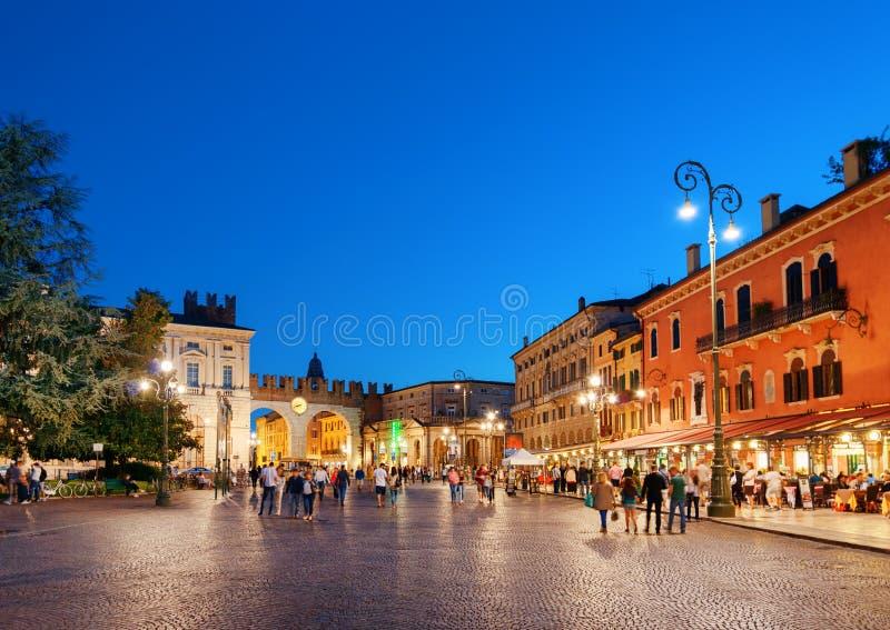 Piazza Bustehouder in Verona (Italië) bij avond royalty-vrije stock fotografie