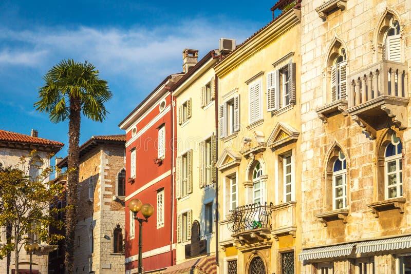 Piazza con la facciata variopinta dell'vecchie case in Porec immagine stock