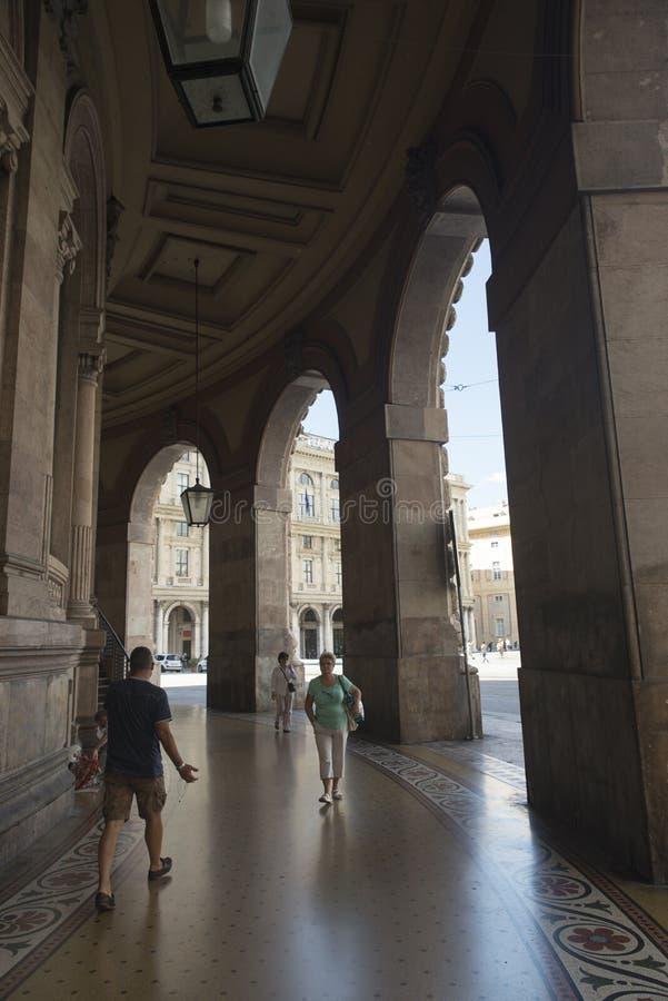 Download Piazza de Ferrari, Génova imagen editorial. Imagen de símbolo - 44855310