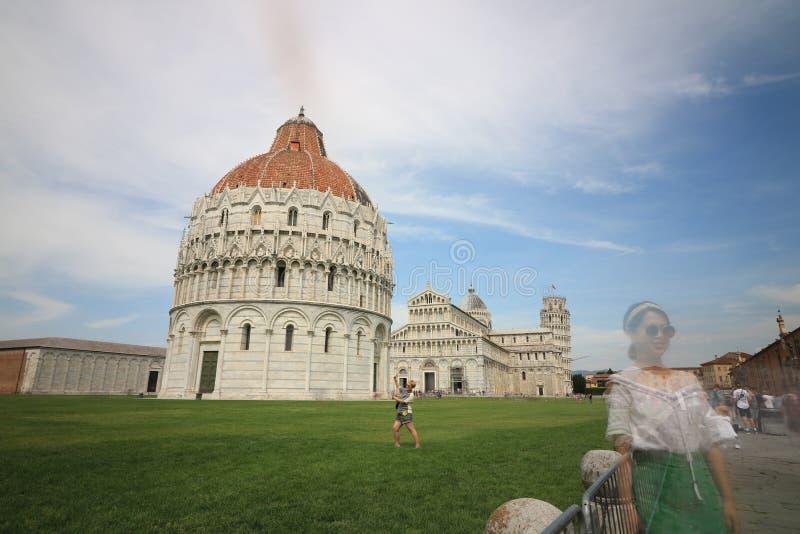 Piazza dei Miracoli van Pisa De mensen fotograferen de monumenten en royalty-vrije stock fotografie