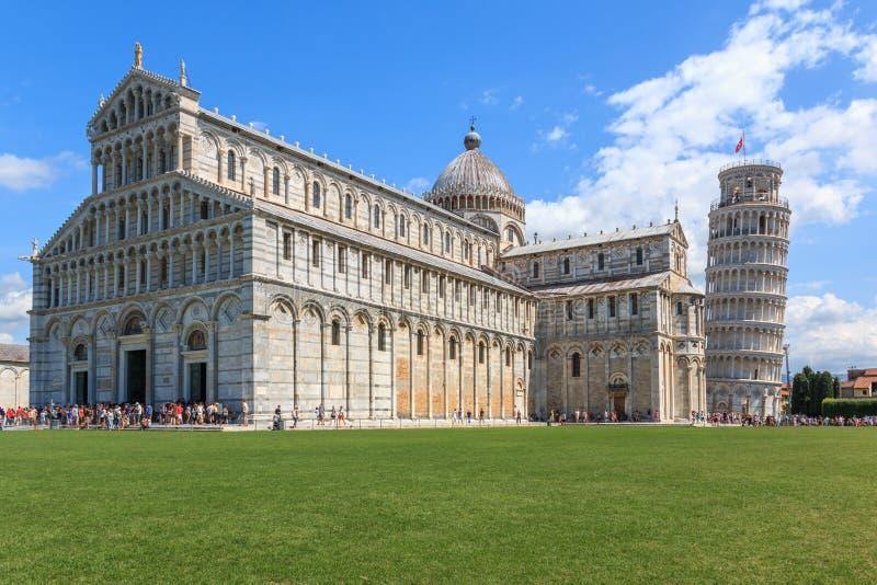 Piazza dei Miracoli z oparty wierza Pisa Maria Assunta i Katedralny Santa, Tuscany, Włochy obrazy royalty free