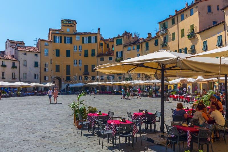Piazza del Anfiteatro in Luca, Toscanië, Italië stock foto