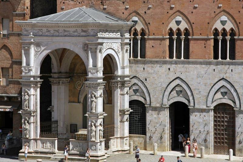 Piazza Del Campo ist der Hauptplatz von Siena mit Ansicht über Palazzo Pubblico und seinen Torre Del Mangia stockfotografie