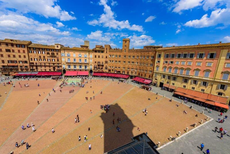 Piazza Del Campo, Siena - Vogelperspektive der historischen Stadt mit sch?ner Landschaftslandschaft an einem sonnigen Sommertag i stockbild