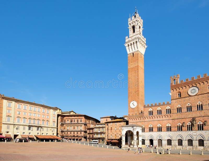 Piazza del Campo y el Palazzo Publico en la ciudad de Siena, Italia imagenes de archivo