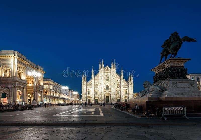 Piazza del Duomo bij nacht in Milaan, Italië royalty-vrije stock foto's