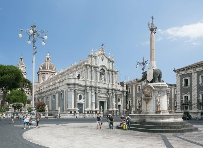 Piazza del Duomo en Catania con la catedral de Santa Agatha en Catania en Sicilia, Italia imagenes de archivo