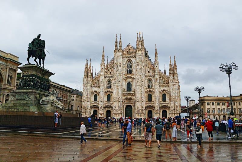 Piazza del Duomo en regenachtige de dagmening Italië van Milan Cathedral stock foto