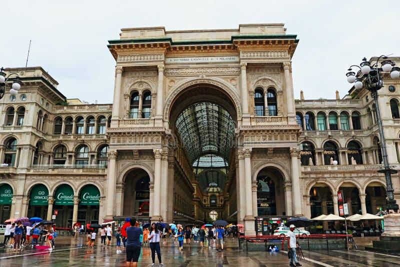 Piazza del Duomo Galleria Vittorio Emanuele ΙΙ βροχερή πόλη Ιταλία του Μιλάνου άποψης ημέρας στοκ φωτογραφία