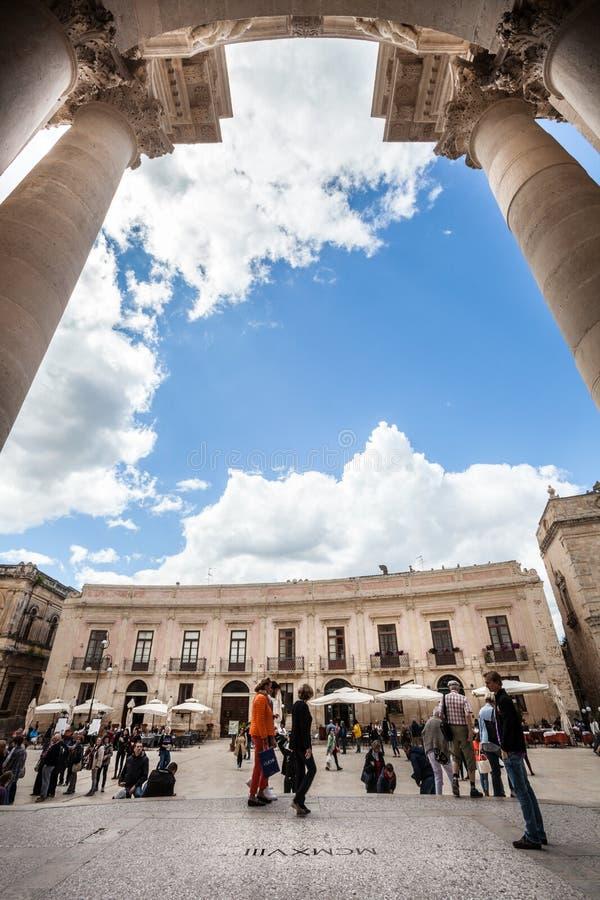 Piazza del Duomo, isla de Ortygia Syracuse, Italia Columnas fotos de archivo libres de regalías