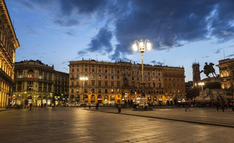 Piazza del Duomo in Milaan met het monument aan Victor Emmanuel II in de avond royalty-vrije stock fotografie
